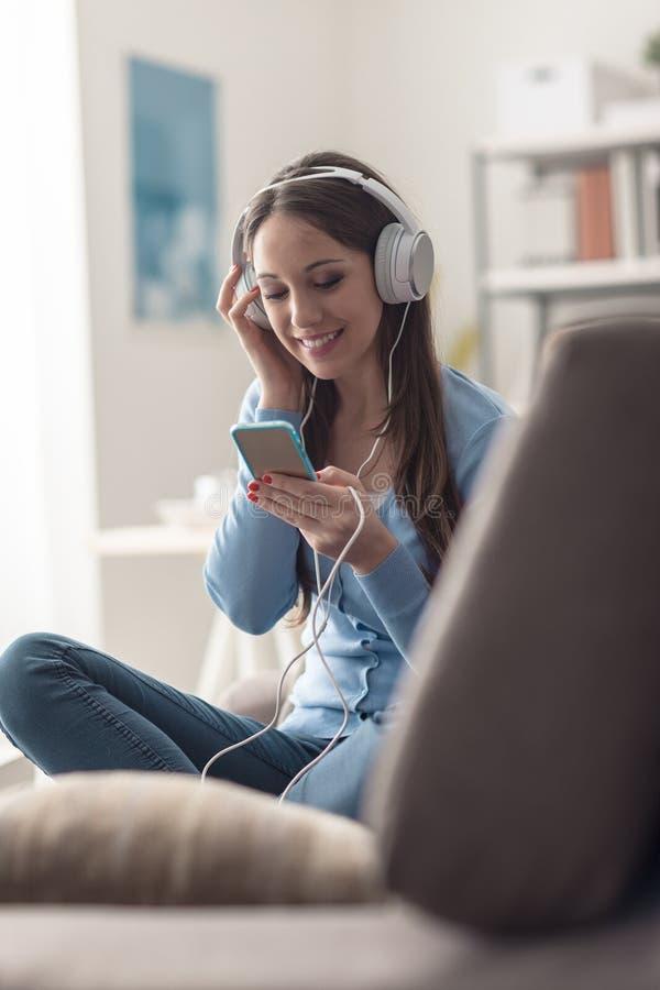 Meisje die aan muziek met haar smartphone luisteren royalty-vrije stock foto's