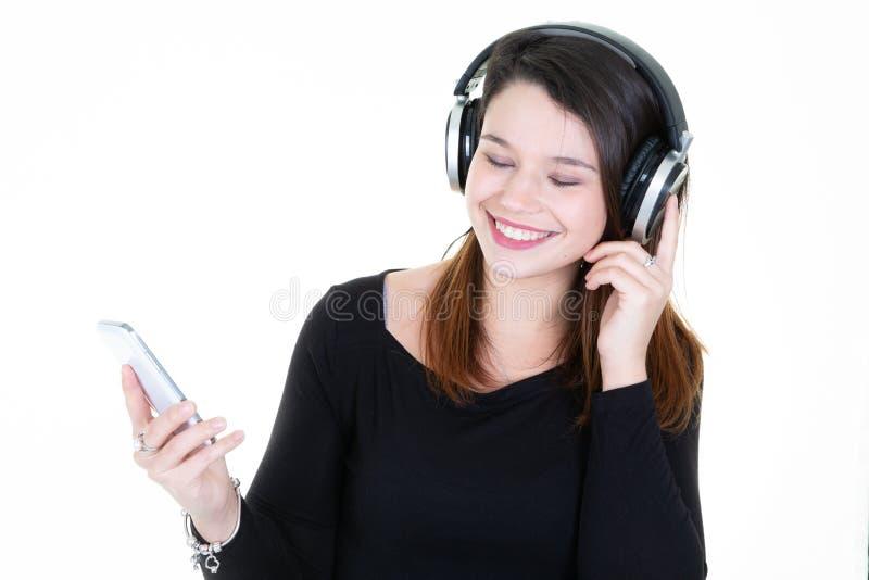 Meisje die aan muziek met haar smartphone luisteren stock foto's