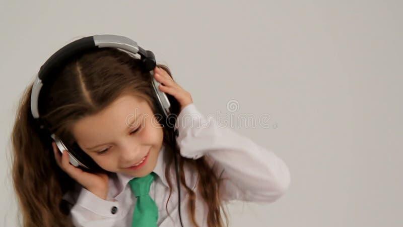 Meisje die aan Muziek met Hoofdtelefoons luisteren en stock footage