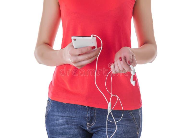 Meisje die aan muziek in uw telefoon luisteren royalty-vrije stock foto
