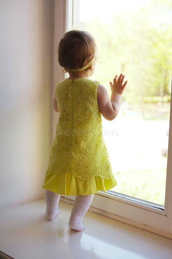 Meisje die aan venster kijken royalty-vrije stock afbeelding
