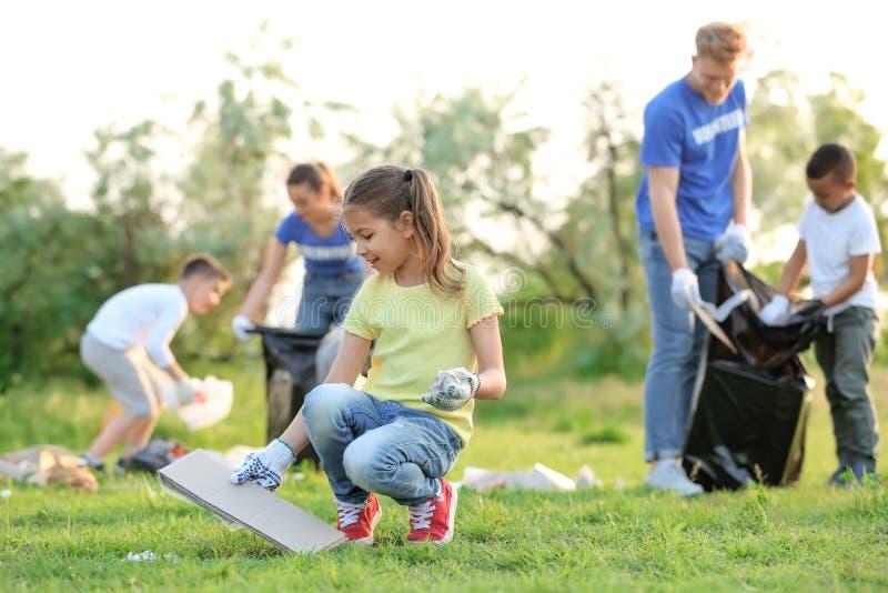 Meisje die afval verzamelen Vrijwilligersproject stock afbeelding