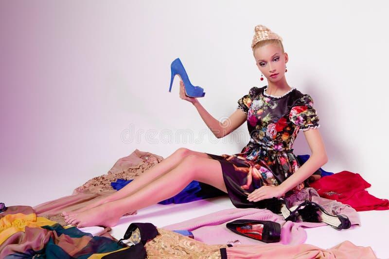 Meisje die als Barbie-pop kijken stock afbeeldingen