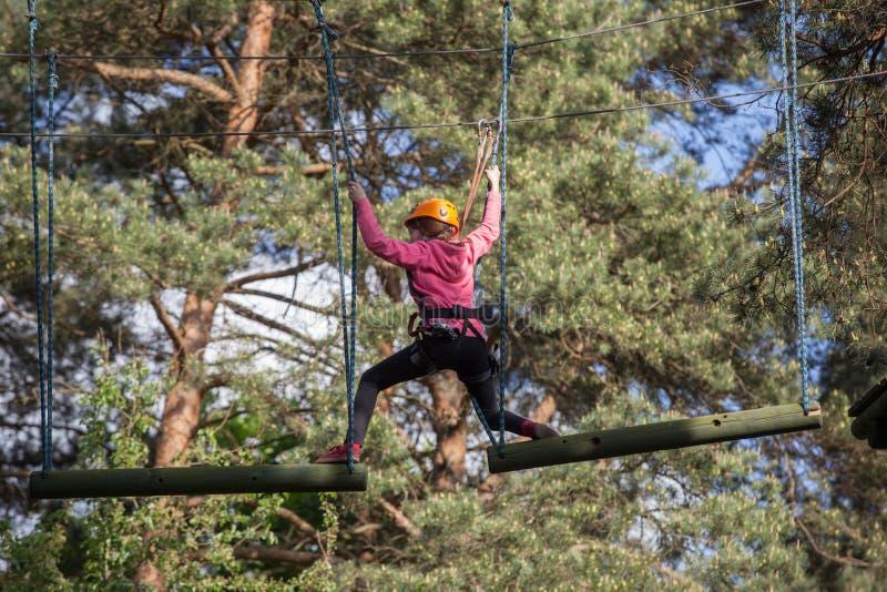 Meisje die in avonturenpark beklimmen, kabelpark royalty-vrije stock afbeeldingen