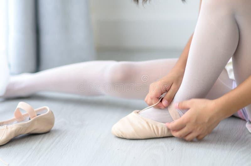 Meisje die balletschoenen voor het voorbereiden van danspraktijk dragen Selectiv stock fotografie