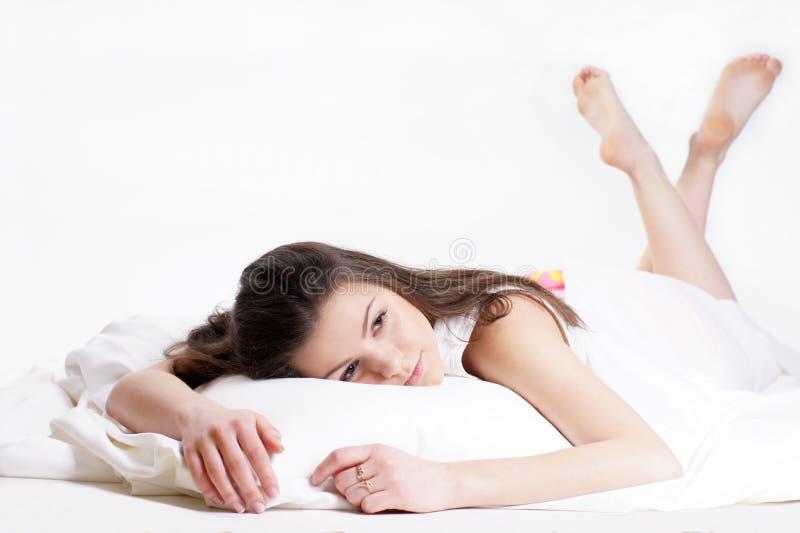 Meisje die in bed liggen. royalty-vrije stock foto's