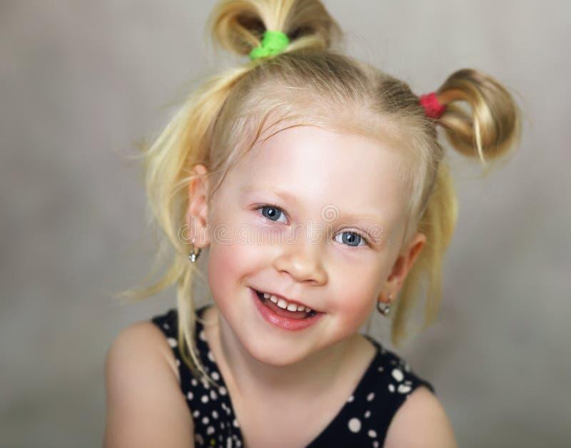 Meisje die bij Camera glimlachen royalty-vrije stock afbeelding