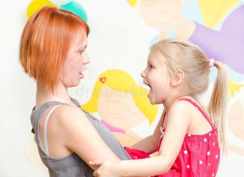 Kind die bij haar moeder schreeuwen stock fotografie