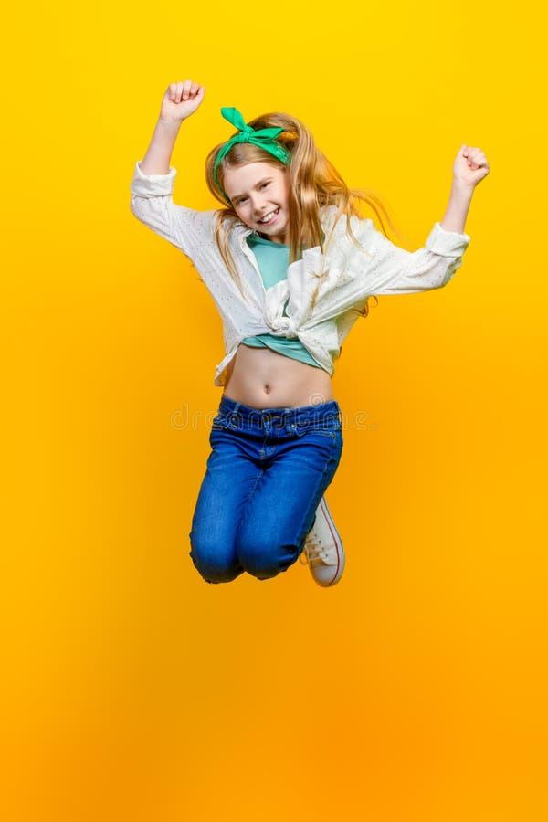 Meisje die bij studio springen royalty-vrije stock fotografie