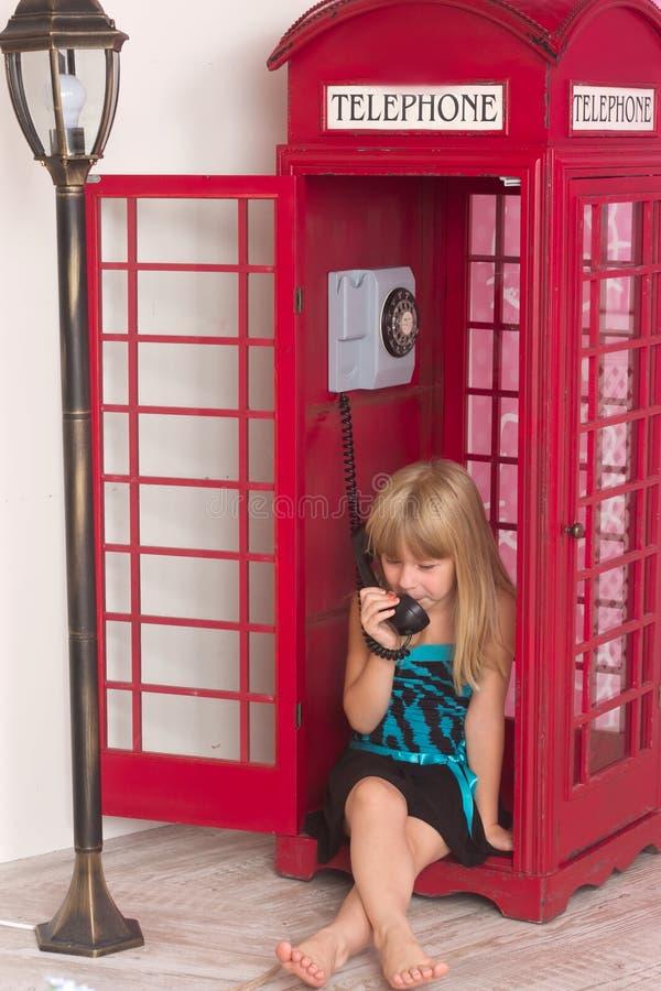 Meisje die binnen rood roepen een telefoon royalty-vrije stock afbeeldingen