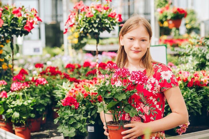 Meisje die bloemen in tuincentrum kiezen royalty-vrije stock fotografie