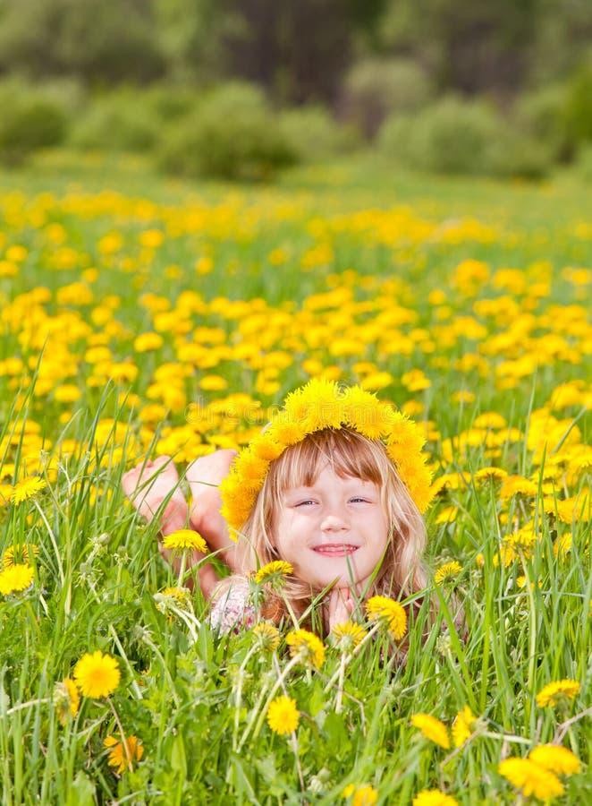Meisje die bloemenkroon in openlucht dragen stock afbeeldingen