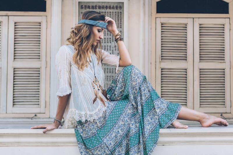 Meisje die boho elegante kleding dragen stock afbeeldingen