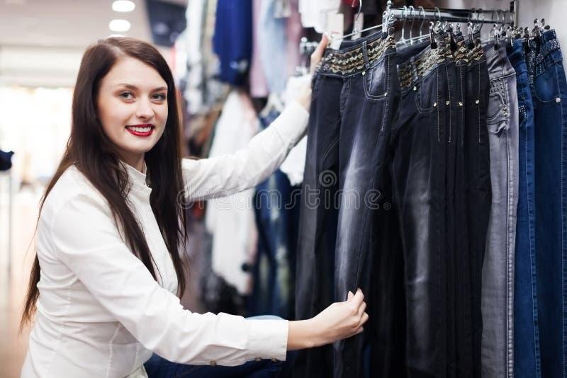 Download Meisje die broeken kiezen stock afbeelding. Afbeelding bestaande uit volwassen - 39118705