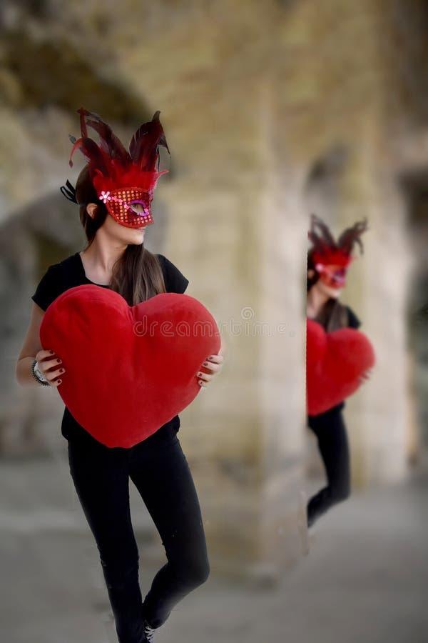 Meisje die in Carnaval met groot rood hart dansen royalty-vrije stock afbeeldingen