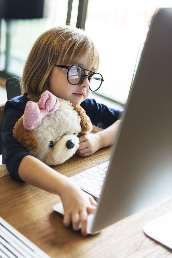 Meisje die Computerconcept hanteren stock afbeelding