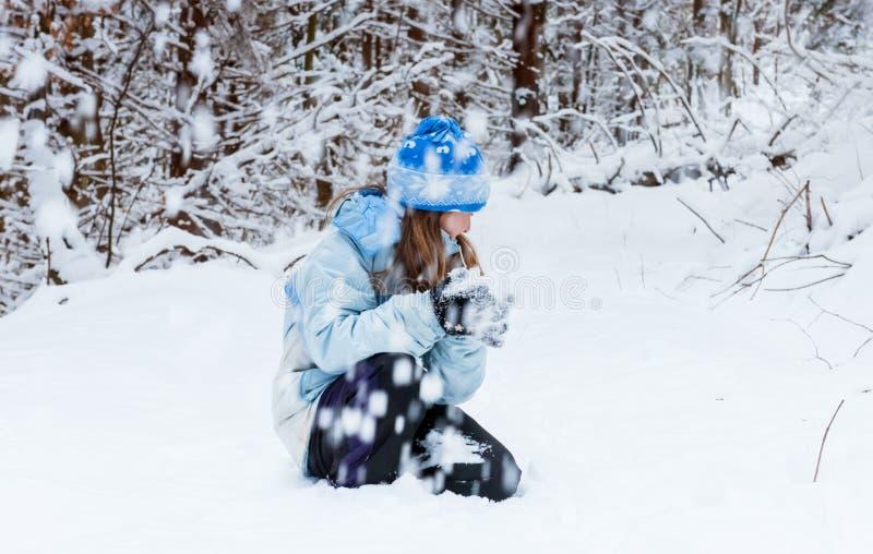 Meisje die dag van het spelen in de winterbos genieten stock foto