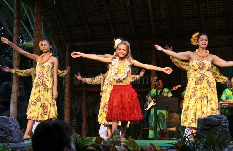 Meisje die dans in Hawaï met groep uitvoeren stock afbeeldingen