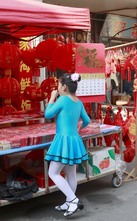 Meisje die de Chinese document scherpe motief Chinese lantaarn bekijken royalty-vrije stock fotografie