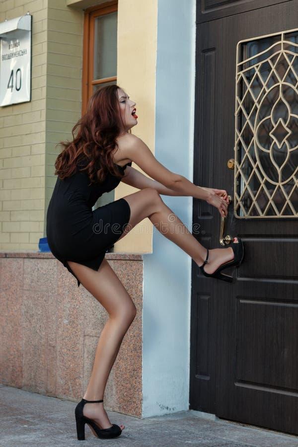 Meisje die de deur en de hysterie proberen te openen royalty-vrije stock fotografie