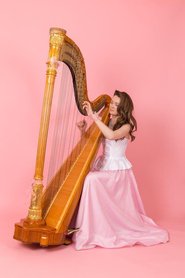 Meisje die de harp spelen royalty-vrije stock foto