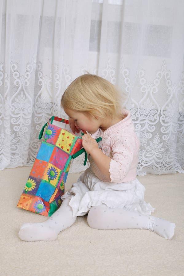 Meisje die de het winkelen zak onderzoeken royalty-vrije stock afbeelding
