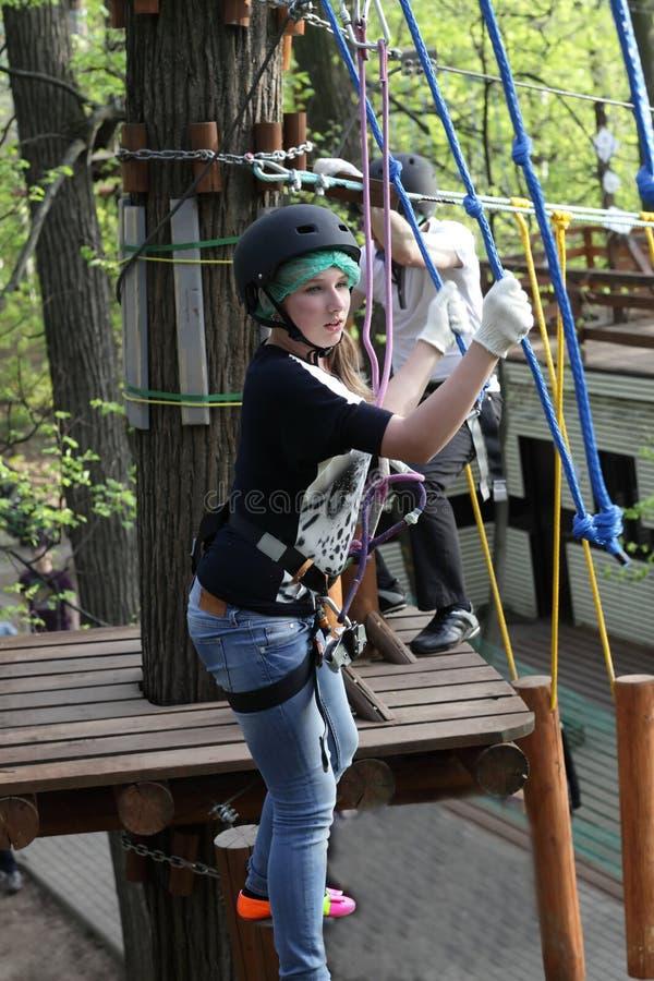 Download Meisje Die De Kabel Beklimmen Stock Foto - Afbeelding bestaande uit actie, oefening: 54083500