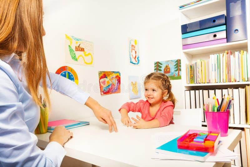 Meisje die de kleine mens met haar vingers tonen royalty-vrije stock foto