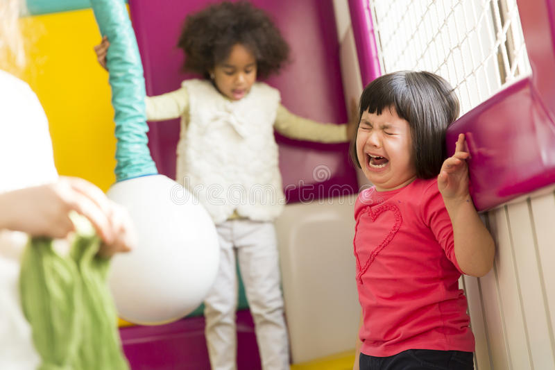 Meisje die in de speelkamer schreeuwen stock foto's