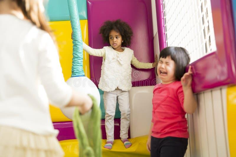 Meisje die in de speelkamer schreeuwen royalty-vrije stock afbeeldingen