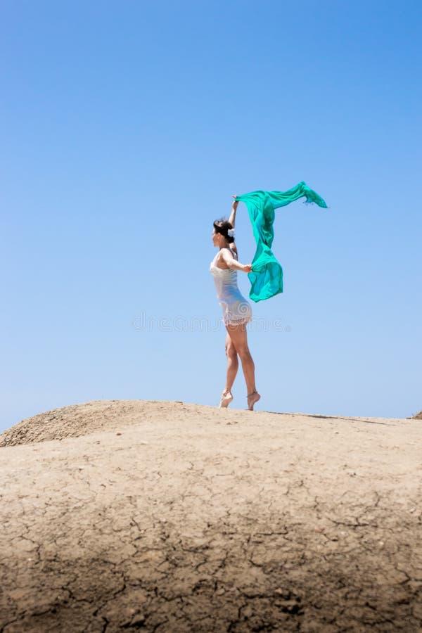 Meisje die in de wind dansen royalty-vrije stock foto's