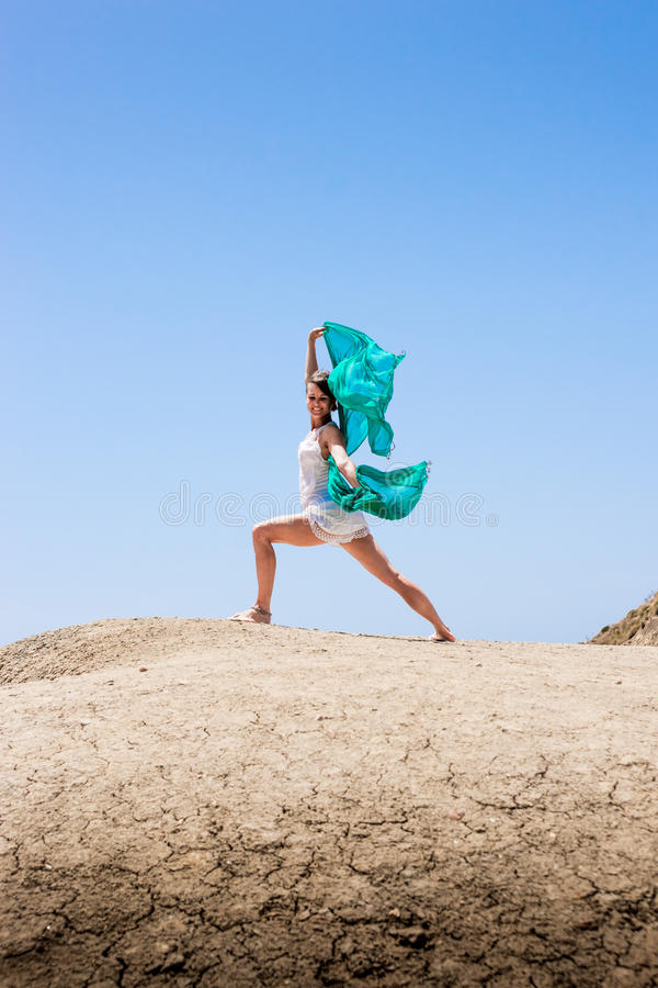Meisje die in de wind dansen royalty-vrije stock afbeelding