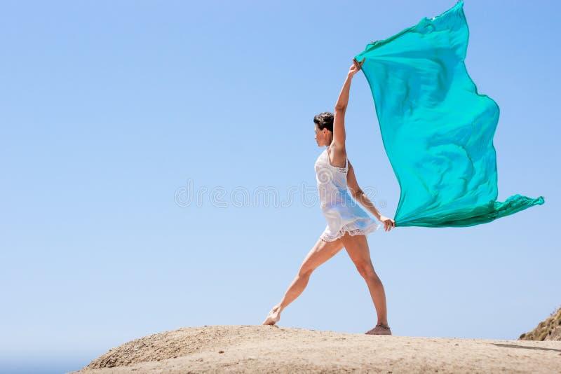 Meisje die in de wind dansen royalty-vrije stock afbeeldingen