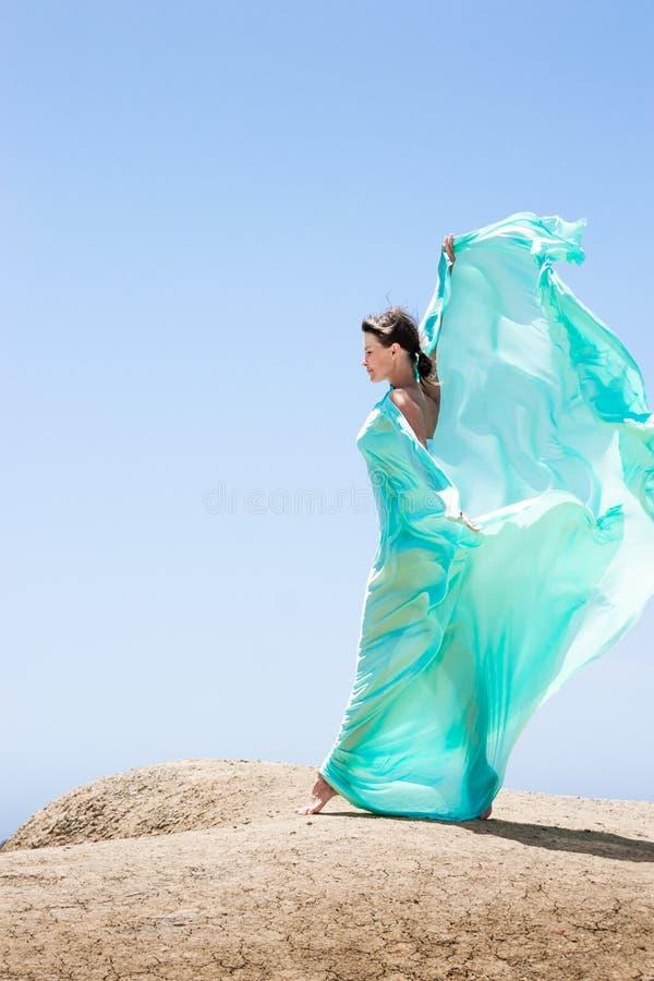 Meisje die in de wind dansen royalty-vrije stock fotografie
