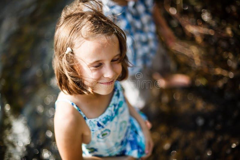 Meisje die in de zon glimlachen stock foto