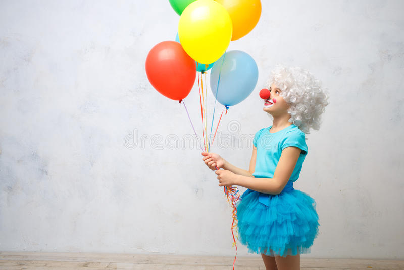 Meisje die die clownkostuum dragen op wit wordt geïsoleerd royalty-vrije stock foto