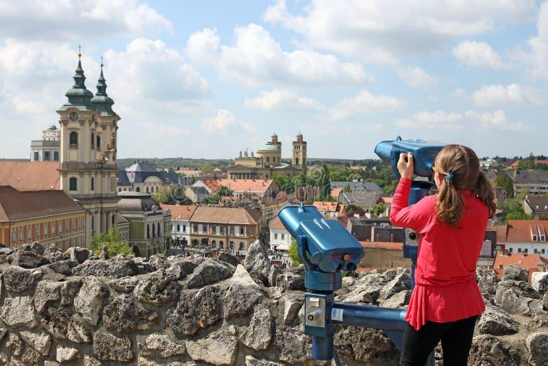 Meisje die door het sightseeing van verrekijkers op Eger kijken royalty-vrije stock foto's