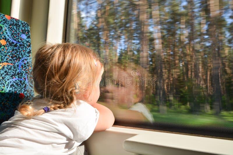 Meisje die door trein reizen royalty-vrije stock afbeeldingen