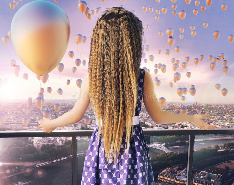 Meisje die duizenden ballons bekijken stock foto's