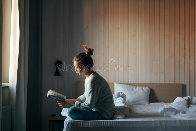 Meisje die een boek in slaapkamer lezen royalty-vrije stock foto
