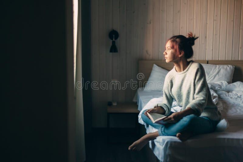 Meisje die een boek in slaapkamer lezen royalty-vrije stock afbeelding