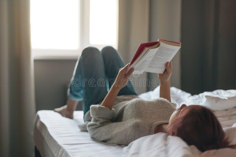 Meisje die een boek in slaapkamer lezen royalty-vrije stock foto's
