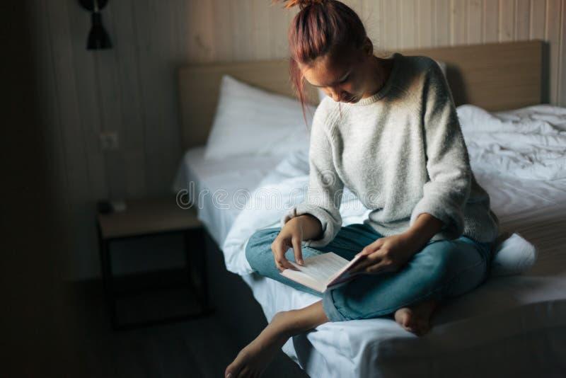 Meisje die een boek in slaapkamer lezen royalty-vrije stock fotografie