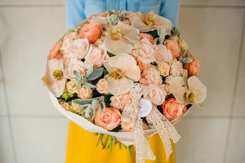 Meisje die een boeket van witte bloemen houden stock afbeelding