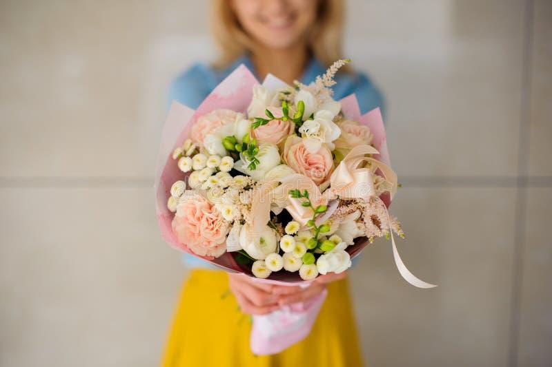 Meisje die een boeket van witte bloemen houden stock fotografie