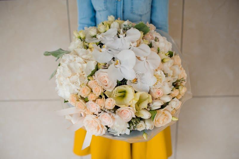Meisje die een boeket van witte bloemen houden stock afbeeldingen