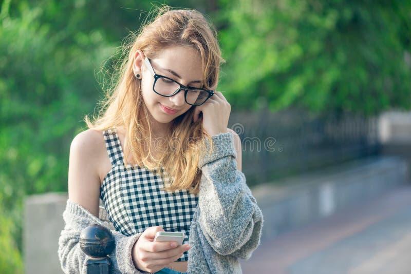 Meisje die een celtelefoon in openlucht met behulp van royalty-vrije stock foto's