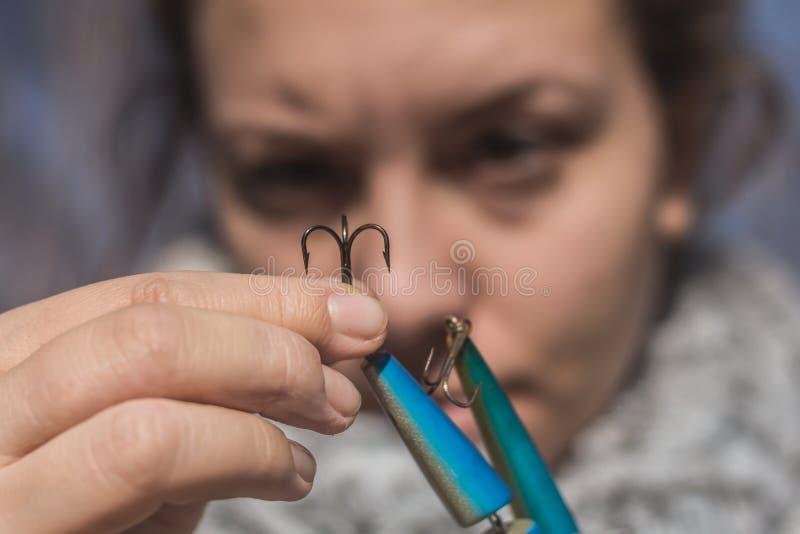 Meisje die een haak voor visserij voorbereiden royalty-vrije stock foto's
