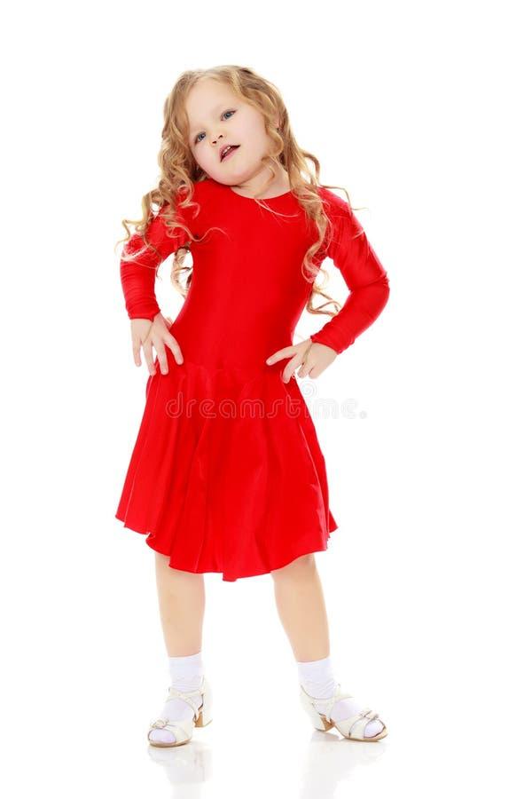 Meisje die in een heldere rode kleding dansen royalty-vrije stock afbeelding