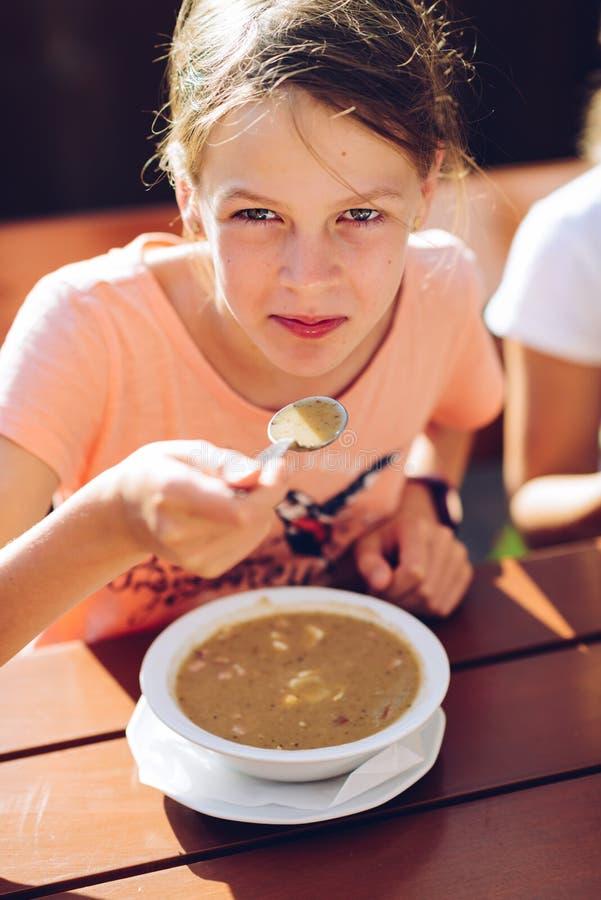 Meisje die een hete soep eten royalty-vrije stock foto